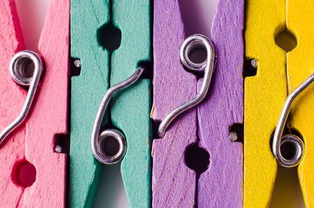 eine Reihe von Farbholzwäscheklammern Standard-Bild