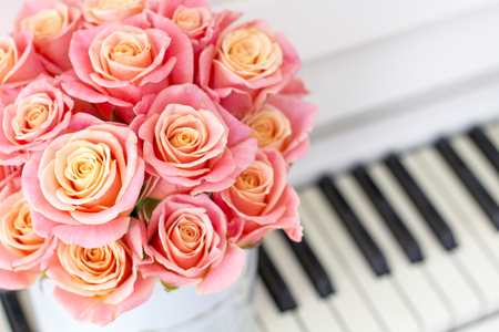 Roses in a Hat Box. Beautiful pink roses in a round box on the piano.  写真素材