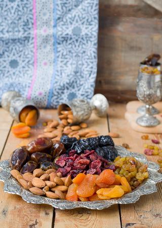 frutas deshidratadas: Una mezcla de frutas secas y nueces