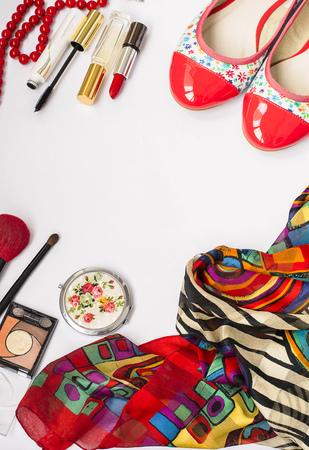 Las mujeres conjunto de accesorios de moda, zapatos, cosméticos y joyería, copia espacio de fondo