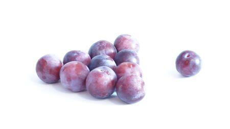 prunes bleues sont isolés sur un fond blanc