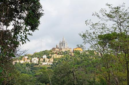 Glise du Saint-C?ur sur le mont Tibidabo à la périphérie de Barcelone. Banque d'images - 91515178