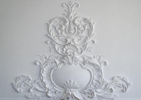 Pared blanca de lujo de diseño de bajo relieve con el elemento molduras de estuco roccoco Foto de archivo - 55972429
