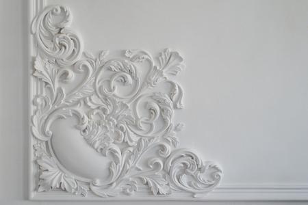Pared blanca de lujo de diseño de bajo relieve con el elemento molduras de estuco roccoco Foto de archivo - 55972404