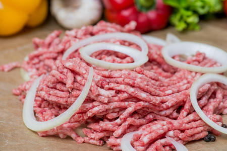minced meat: Raw minced meat with onion over fresh vegetables