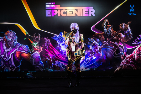 assasin: MOSCOW, RUSSIA - MAY 13 2016: EPICENTER MOSCOW Dota 2 cybersport event. Cosplay of game hero templar assasin at the event background