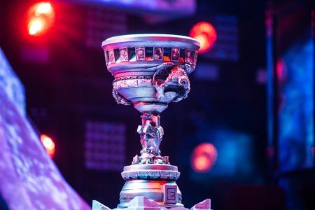 Moscú, Rusia - 14 MAY 2016: EPICENTRO MOSCÚ Dota 2 cybersport evento. trofeo principal del torneo. Foto de archivo - 58169876