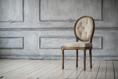 grecas: Antig�edades pared del sof� blanco calado en antecedentes Foto de archivo