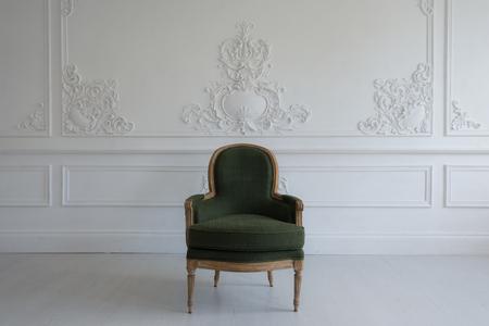 Una silla de la vendimia en la antigua sala de inter Foto de archivo - 58453878
