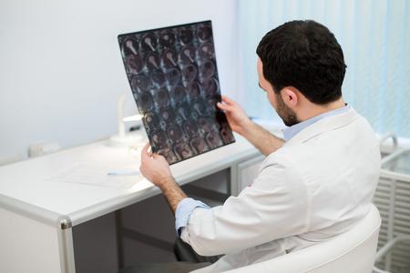 医師の読み取りと確認、MRI 脳スキャン 写真素材