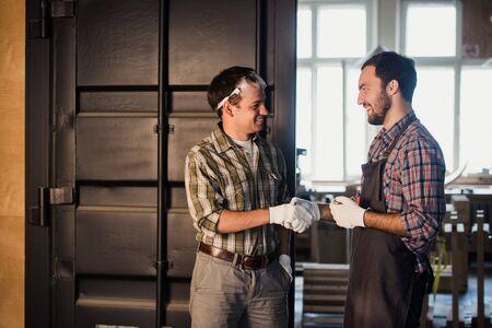 Arquitectos masculinos dándose la mano en el sitio de construcción. Foto de archivo - 67132318