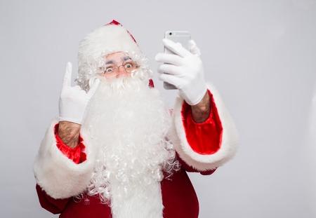 vestidos de epoca: Santa Claus makes a selfie on white background.
