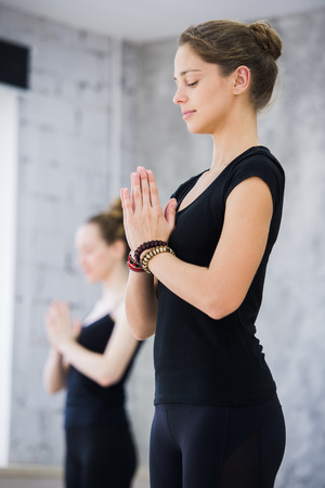 clase media: Dos mujeres en clase de gimnasia, ejercicio de relajación o clase de yoga