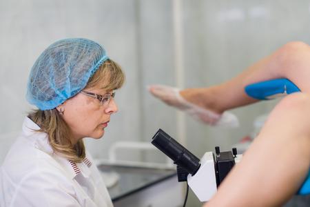 Jonge Vrouwelijke Gynaecoloog Tijdens Onderzoek In Haar Bureau