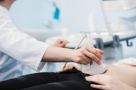 医師の病院で妊娠中の梨花の胃に超音波プローブを移動のクローズ アップ