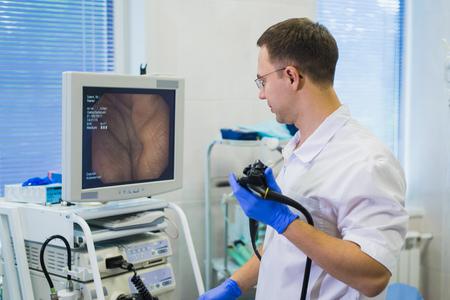 proctologist doctor holding Ligador hemorroidal in office Stockfoto