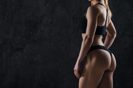 Gesunde Lebensstil Diät und Fitness. Der Körper der schönen dünnen Frau. Perfekter dünner getönter junger Körper des Mädchens. Fitness oder plastische Chirurgie und ästhetische Kosmetologie. Taut elastischer Arsch. Festes Gesäß Standard-Bild - 88111466