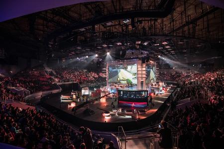 SAN PIETROBURGO, RUSSIA - 28 OTTOBRE 2017: Counter Strike di EPICENTER: Evento di sport cyber globale offensivo. Stadio principale della sede e schermo con immagini dal vivo