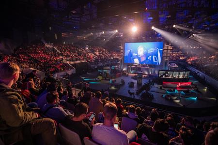 SAINT PETERSBURG, RUSLAND - OKTOBER 28 2017: EPICENTER Counter Strike: Global Offensive cybersport-evenement. Hoofdlocatie podium en het scherm met live-afbeelding van het spel Redactioneel