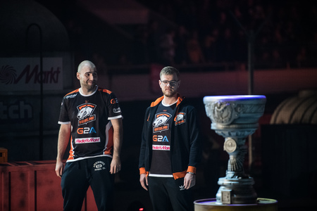 SAINT PETERSBURG, RUSSIA - OCTOBER 28 2017: EPICENTER Counter Strike: Global Offensive cyber sport event. Virtus.Pro team on a stage: TAZ and Neo Redactioneel