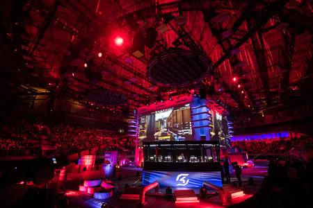 SAN PIETROBURGO, RUSSIA - 28 OTTOBRE 2017: Counter Strike di EPICENTER: Evento di sport cyber globale offensivo. Cabina di giocatori con SK Team all'interno e grandi schermi sullo sfondo