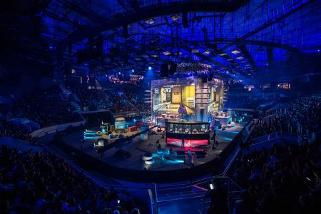 SAINT-PETERSBOURG, Russie - 28 OCTOBRE 2017: EPICENTER Counter Strike: Global Offensive événement cyber-sport. Étape principale de la scène et l'écran avec une image en direct du jeu Éditoriale