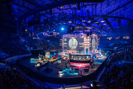 SAINT PETERSBURG, RUSSIA - OCTOBER 28 2017: EPICENTER Counter Strike: Global Offensive cyber sport event. Main venue stage and the screen with live picture from the game 免版税图像 - 89157002