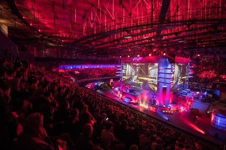 SAINT-PETERSBOURG, Russie - 28 OCTOBRE 2017: EPICENTER Counter Strike: Global Offensive événement cyber-sport. Lieu principal et les grands écrans au centre de la scène pleine de fans