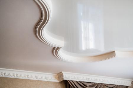 Die Deckendekoration besteht aus weißem Gips. geprägte Stuckausstattung Standard-Bild