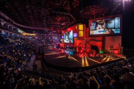 Moskau, Russland - 27. OKTOBER 2018: EPICENTER Counter Strike: Global Offensive esports Event. Hauptbühne mit großer Leinwand, die das Spiel zeigt und Tribünen mit Fans