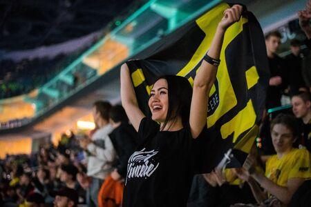 Mosca, Russia - 27 ottobre 2018: Epicentro Counter Strike: evento eSport offensivo globale. Fan di ragazza felice su una tribuna all'arena con la bandiera del team Natus Vincere. Tifo per la sua squadra del cuore. Editoriali