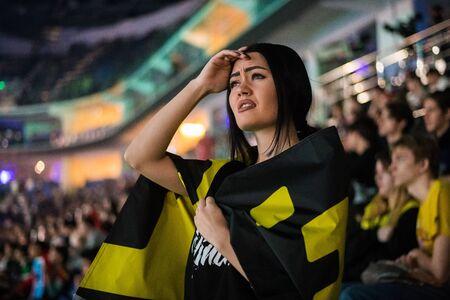 Mosca, Russia - 27 ottobre 2018: Epicentro Counter Strike: evento eSport offensivo globale. Fan delusa ragazza triste su uno stand all'arena con la bandiera del team Natus Vincere. Guardando preoccupato.