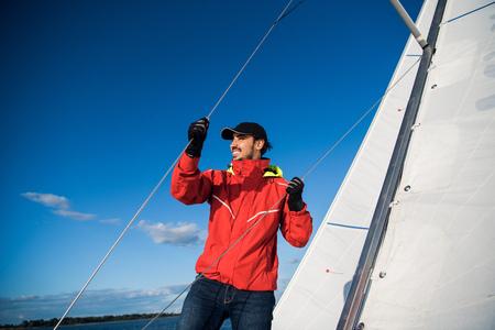 Zugseil für Yachtsegler. Mann, der an Segelboot arbeitet.