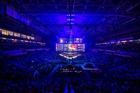 Moskau, Russland - 14. SEPTEMBER 2019: Esports Counter-Strike: Global Offensive Event. Veranstaltungsort der Hauptbühne, großer Bildschirm und Lichter vor Turnierbeginn.
