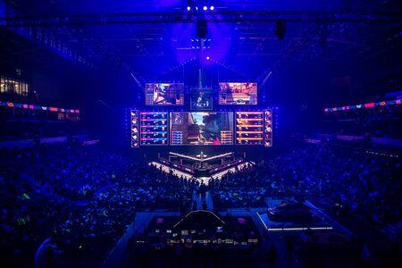 MOSCA, RUSSIA - 14 SETTEMBRE 2019: eSports Counter-Strike: evento offensivo globale. Sede del palco principale, grande schermo e luci prima dell'inizio del torneo.