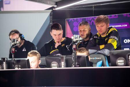 MOSCA, RUSSIA - 14 SETTEMBRE 2019: eSports Counter-Strike: evento offensivo globale. I giocatori del Team NaVi Natus Vincire discutono della prossima partita durante il torneo.