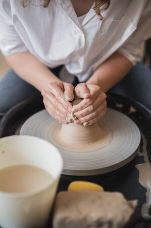 Master class on modeling of clay on a potter wheel In the pottery workshop Stockfoto