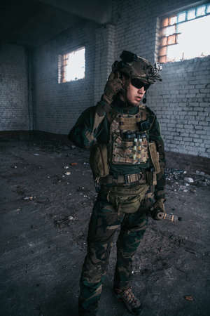 Military men with arms defending the building. Soldier stand guard securing territory looking around. Standard-Bild