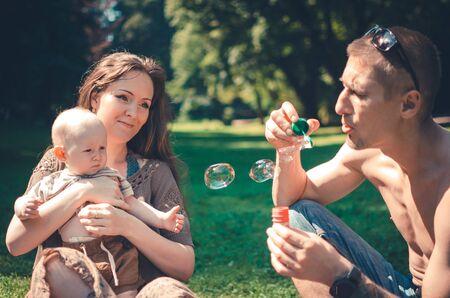 Een gelukkig gezin met kind dat in het park rust