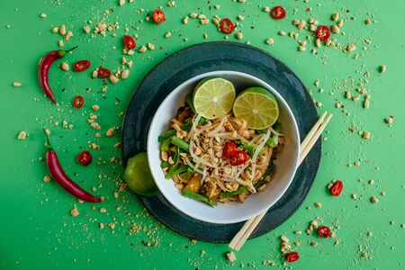 Pad thai, top view green background Banco de Imagens