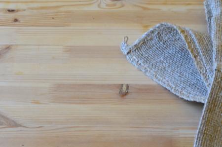 jute sack: L'angolo di sacco di iuta su sfondo di legno Archivio Fotografico