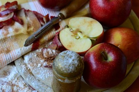 Pommes rouges, agitateur de sucre, épluche et serviette de thé