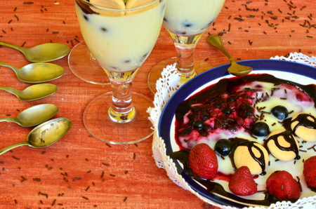 vanilla pudding: Hot homemade vanilla pudding with strawberries and vine berries