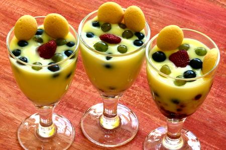 vanilla pudding: Hot homemade vanilla pudding with strawberries and vine berries  Hot homemade vanilla pudding