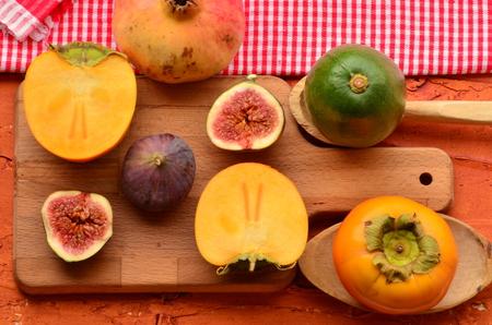 まな板: Chopped fig and persimmon on chopping board