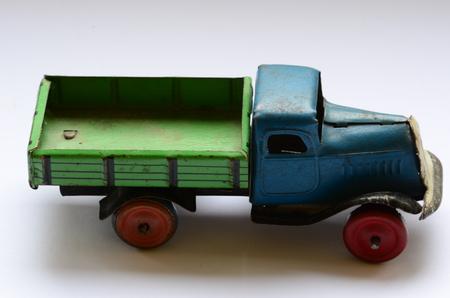 ciężarówka: Izolowane ciężarówka (samochód ciężarowy) zabawki na białym tle