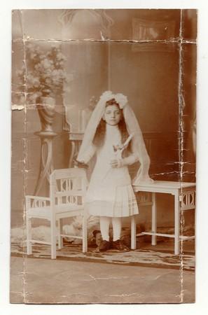 HODONINE, LA RÉPUBLIQUE TCHÉCOSLOVAQUE, CIRCA 1930: Photo vintage d'une jeune fille - sa première sainte communion, vers 1930.