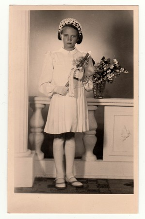 HODONINE, LA RÉPUBLIQUE TCHÉCOSLOVAQUE, CIRCA 1930: Photo vintage d'une jeune fille - sa première sainte communion, vers 1930. Éditoriale
