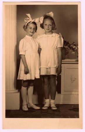 HODONINE, LA RÉPUBLIQUE TCHÉCOSLOVAQUE, CIRCA 1945: Une photo vintage des jeunes filles - la première sainte communion. Photo avec teinte de couleur, vers 1945.
