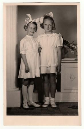 HODONINE, LA RÉPUBLIQUE TCHÉCOSLOVAQUE, CIRCA 1945: Une photo vintage des jeunes filles - la première sainte communion, vers 1945.